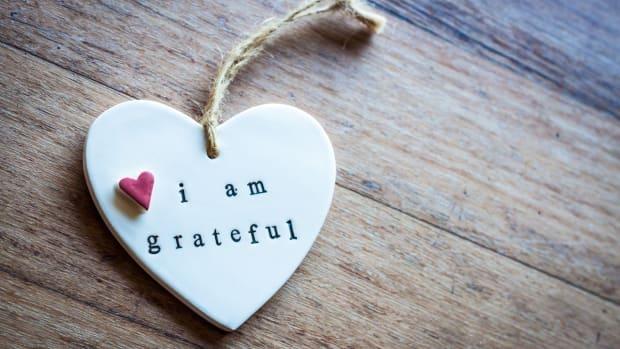 I am grateful written on a heart ornament