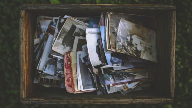 old-photos-in-the-wooden-box